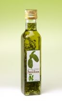 Basilikum Öl Oliven-Öl mit feinen Basilikum-Blättern